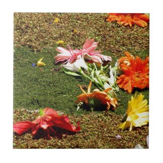 Bunte Landschaft der vergessenen Blumen Keramikfliese