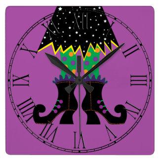 Bunte lustige Hexe-Füße Halloweens Quadratische Wanduhr