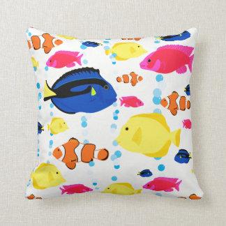 Bunte niedliche wunderliche tropische Fische und Kissen