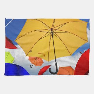 Bunte Regenschirme, die in den Himmel schwimmen Geschirrtuch