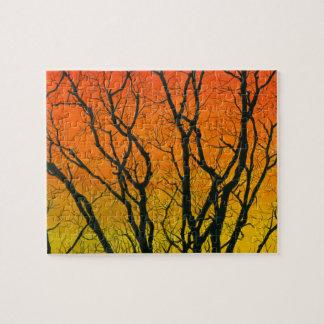 Bunte schwierige Sonnenuntergang-Baum-Silhouetten Puzzle