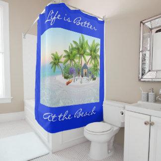 Bunte Strand-Hütte u. Palmen auf dem Strand Duschvorhang