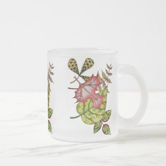 Bunte Tasse mit abstraktem Blättermotiv
