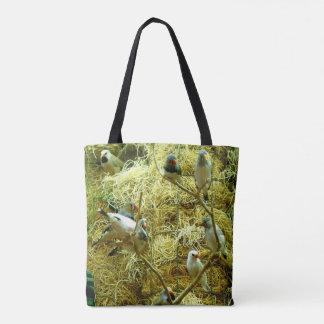 Bunte Vögel in einem beiliegenden natürlichen Tasche