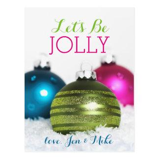 Bunte Weihnachtsbälle im Schnee Postkarte