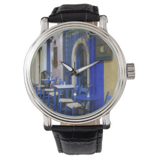 Bunter blauer Eingang und Abstellgleis zum alten Uhren