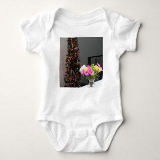 Bunter Blumen-Blumenstrauß und Weihnachtsbaum Babybody
