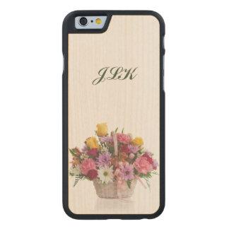 Bunter Blumenstrauß in einem Korb, Monogramm Carved® iPhone 6 Hülle Ahorn