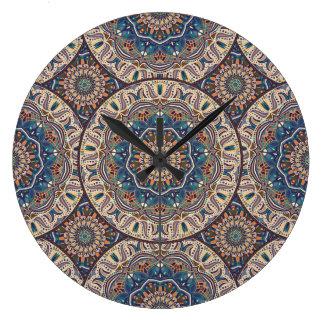 Buntes abstraktes ethnisches Blumenmandalamuster Große Wanduhr