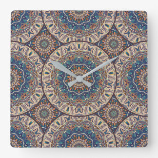 Buntes abstraktes ethnisches Blumenmandalamuster Quadratische Wanduhr
