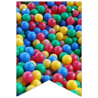 Buntes Ball-Gruben-Ball-Kinderspiel Wimpelketten