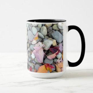 Buntes Baum-Blätter und -steine Tasse