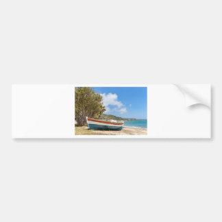 Buntes Boot, das auf griechischem Strand liegt Autoaufkleber