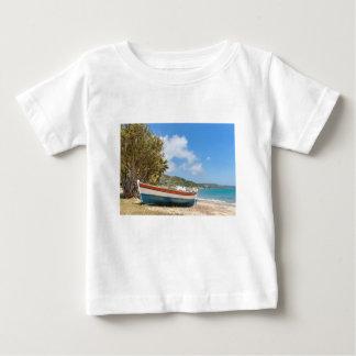 Buntes Boot, das auf griechischem Strand liegt Baby T-shirt