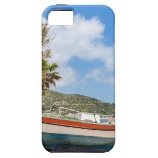 Buntes Boot, das auf griechischem Strand liegt Etui Fürs iPhone 5