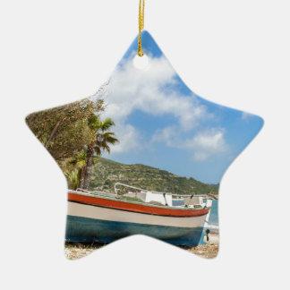 Buntes Boot, das auf griechischem Strand liegt Keramik Ornament