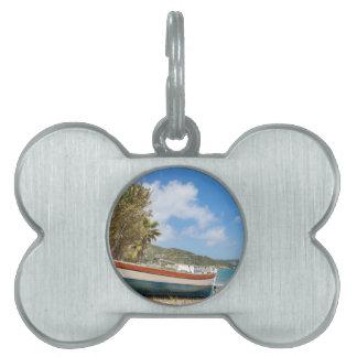 Buntes Boot, das auf griechischem Strand liegt Tiermarke