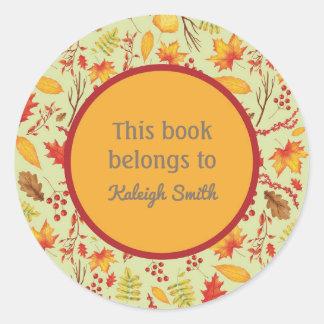 Buntes gelb-orangees Herbstlaub-Buch-Namensschild Runder Aufkleber