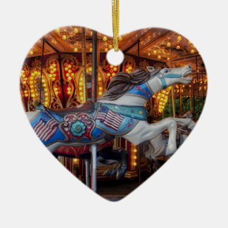 Buntes Karussell-Pferd und fröhliche gehen Runde Keramik Herz-Ornament