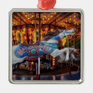 Buntes Karussell-Pferd und fröhliche gehen Runde Quadratisches Silberfarbenes Ornament
