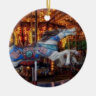 Buntes Karussell-Pferd und fröhliche gehen Runde Rundes Keramik Ornament