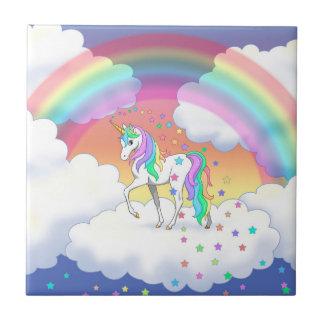 Buntes Regenbogen-Einhorn und Sterne Keramikfliese