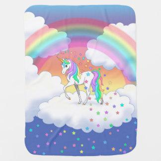 Buntes Regenbogen-Einhorn und Sterne Kinderwagendecke