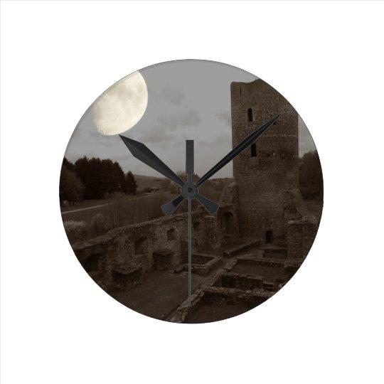 burg ruine runde wanduhr