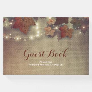 Burgunder-Herbstlaub und Schnur-Lichter rustikal Gästebuch