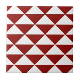 Burgunder und weiße Dreiecke Fliese