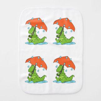 Burp-Stoff - Alligator, der in einer Regen-Pfütze Spucktuch
