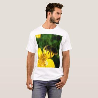 Butterblume-Hummel im Flug T-Shirt