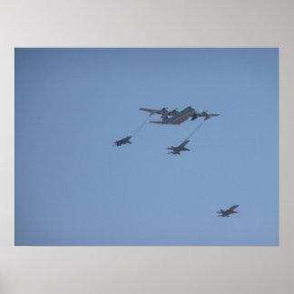 C-130 HERKULES mittlere Luft, die II wieder tankt Poster