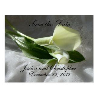 Calla-Lilien auf weißer Spitze Save the Date Postkarte