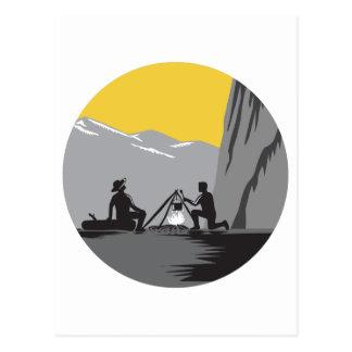 Camper, die Lagerfeuer-Kreis-Holzschnitt kochend Postkarte