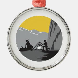 Camper, die Lagerfeuer-Kreis-Holzschnitt kochend Rundes Silberfarbenes Ornament
