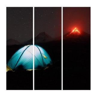 Camping nachts auf Hintergrund des aktiven Vulkans Triptychon