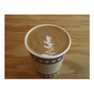 Cappuccino mit Baumentwurf im Schaum Postkarte