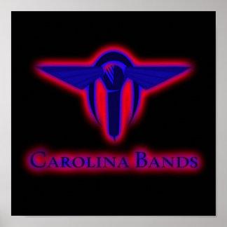 Carolina versieht Plakat mit einem Band