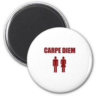 Carpe Diem (roter Textjunge u. -mädchen) Runder Magnet 5,7 Cm