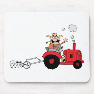Cartoon-Bauer, der einen roten Traktor fährt Mauspad