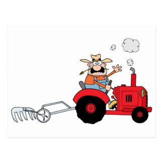 Cartoon-Bauer, der einen roten Traktor fährt Postkarte
