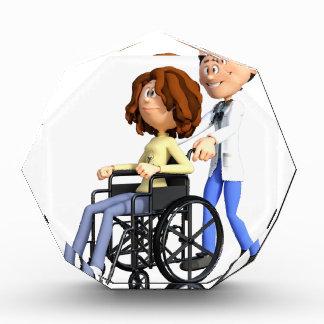 Cartoon-Frau im Rollstuhl mit Doktor Auszeichnung
