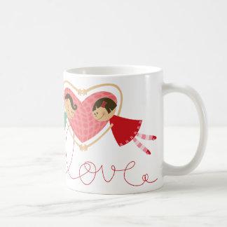 Cartoon-Junge und Mädchen in der Kaffeetasse