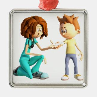 Cartoon-Krankenschwester und kleiner Junge Quadratisches Silberfarbenes Ornament