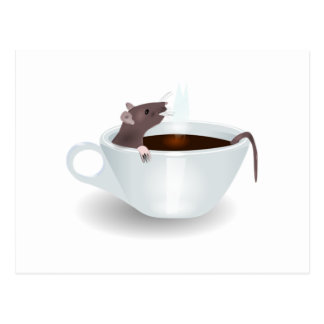 Cartoon-Maus, die in einer Schale Kaffee sitzt Postkarten