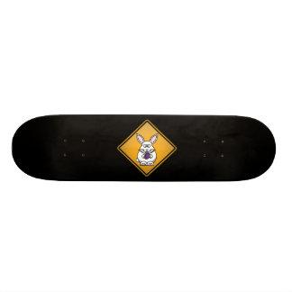 Cartoon-Osterhasen-Warnzeichen Skateboard Brett