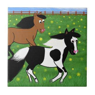 Cartoon-Pferde, die in Feld laufen Fliese