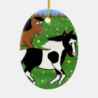 Cartoon-Pferde, die in Feld laufen Ovales Keramik Ornament