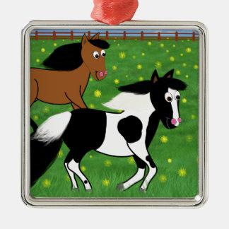 Cartoon-Pferde, die in Feld laufen Quadratisches Silberfarbenes Ornament